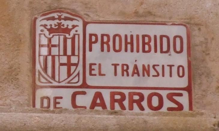 Viejas señales en el Barrio Gótico. Barcelona (España).